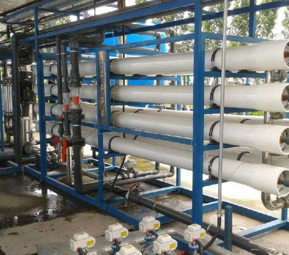 超纯水设备要经过四项过滤的:精密滤芯、活性炭滤芯、反渗透膜等