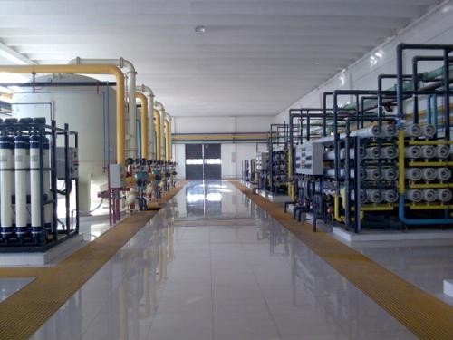 超纯水设备其主要的是依靠增压泵使水能顺利的进入到反渗透膜中进行深度净化