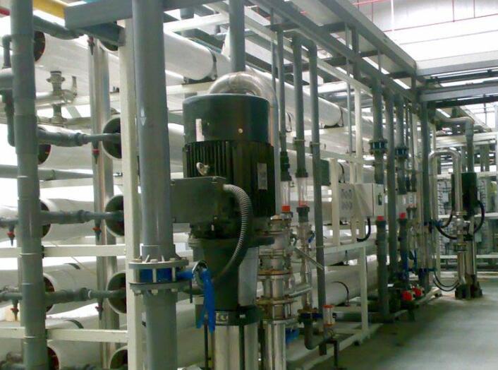 超纯水设备主要采用反渗透膜技术,将水中的导电介质几乎完全去除