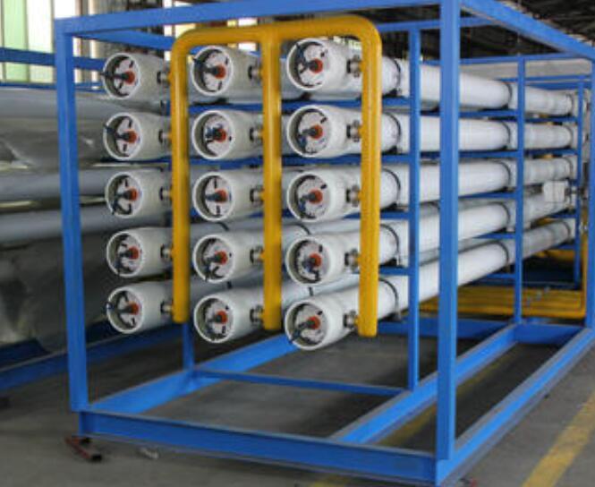 反渗透设备是利用反渗透膜的选择性透过能力,以膜两侧静水压差为作用力